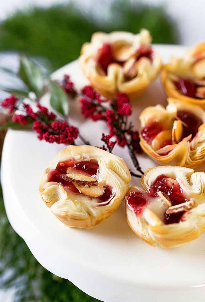 Flores vermelhas para combinar com a guloseima que será servida