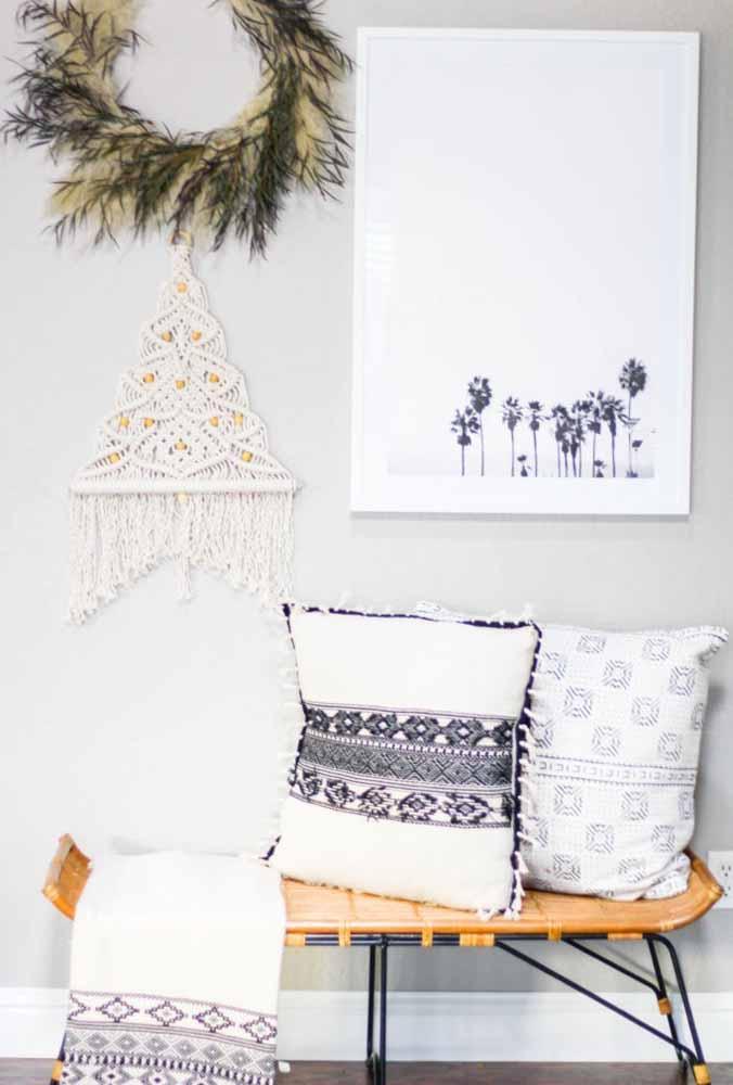 Uma árvore de natal feita à mão para decorar a sua casa