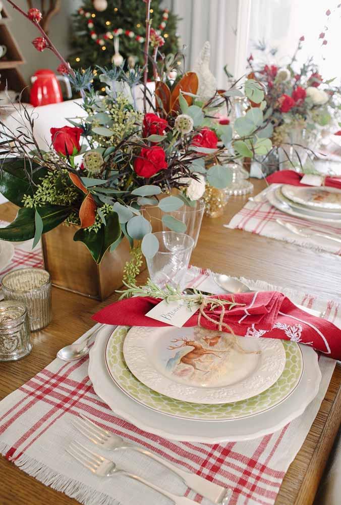 Arranjo de flores e folhas para decorar o centro da mesa