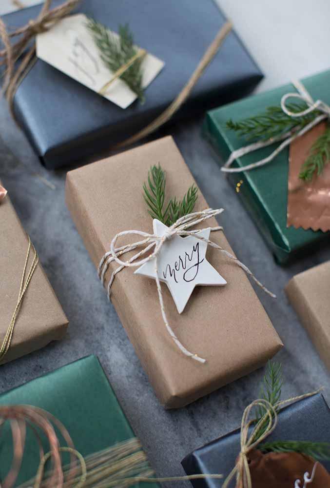 Usando papel reciclado para entregar os presentes de natal. O charme fica por conta do detalhe