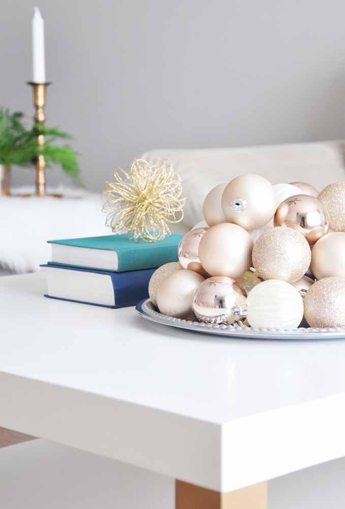 Um prato de bolas de natal para decorar a mesa de centro