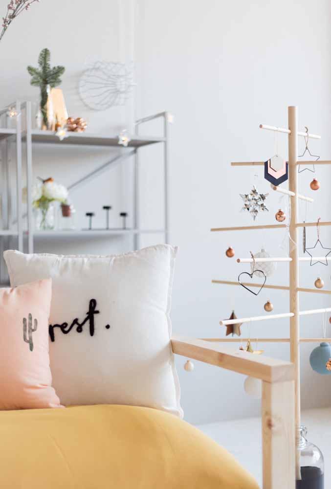 Uma árvore de natal completamente diferente para combinar com os móveis da casa