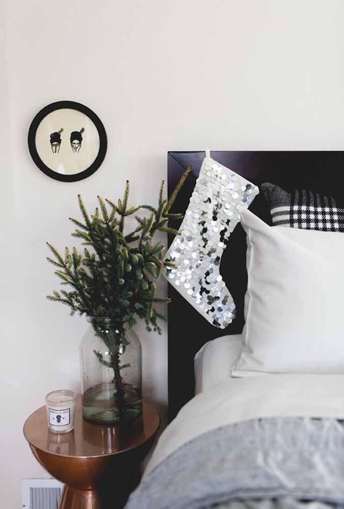 Coloque a meia ao lado da cama para ter certeza que o presente vai chegar