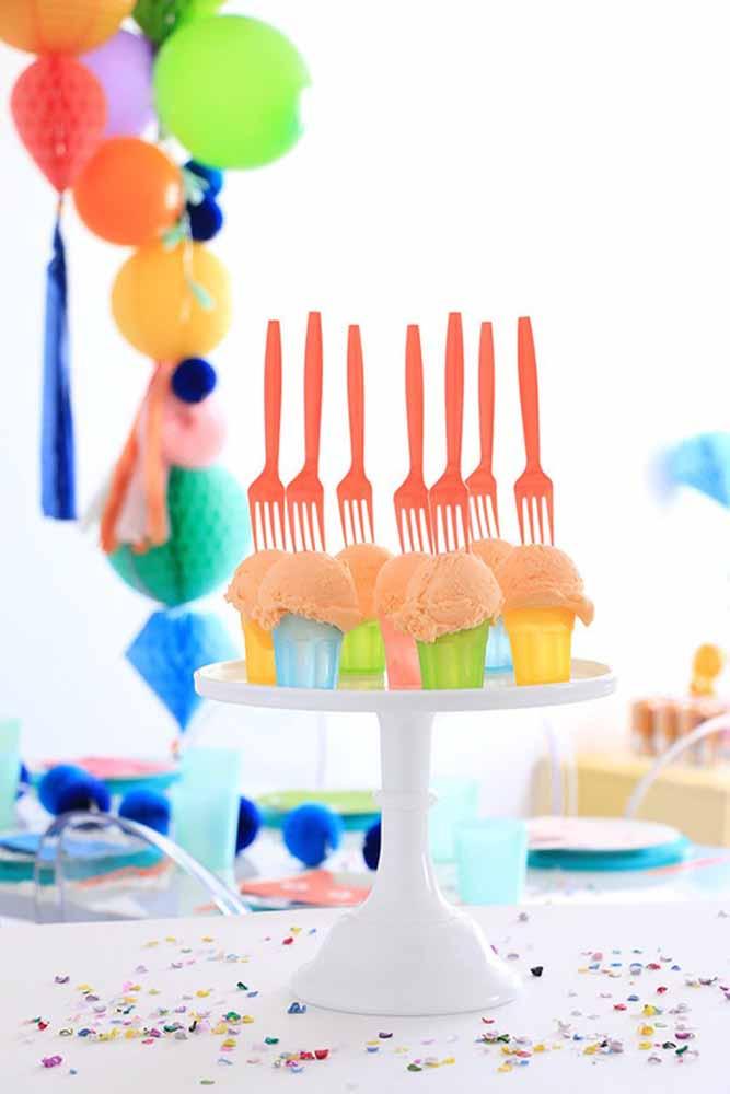 Coloque garfinhos no topo dos sorvetes para servir e decorar