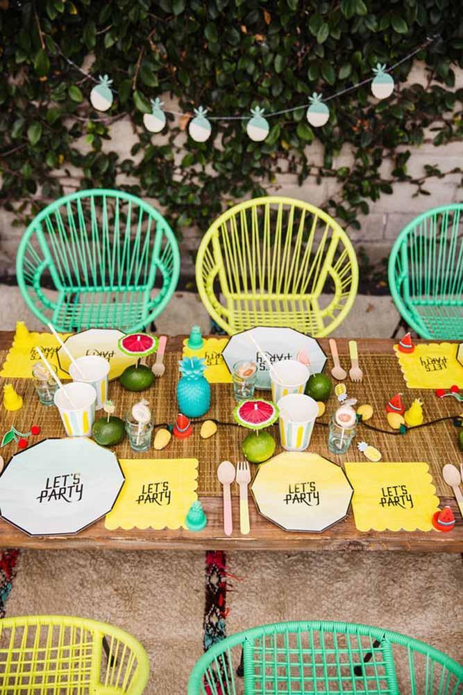 Pratos e guardanapos personalizados com o tema da festa
