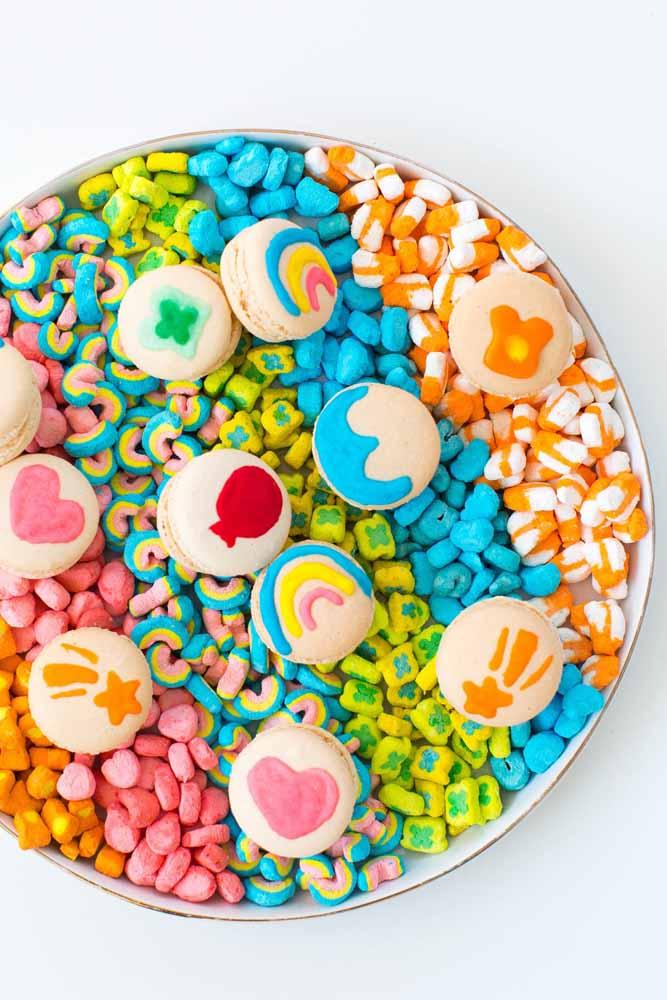 Os doces coloridos enchem os olhos das crianças