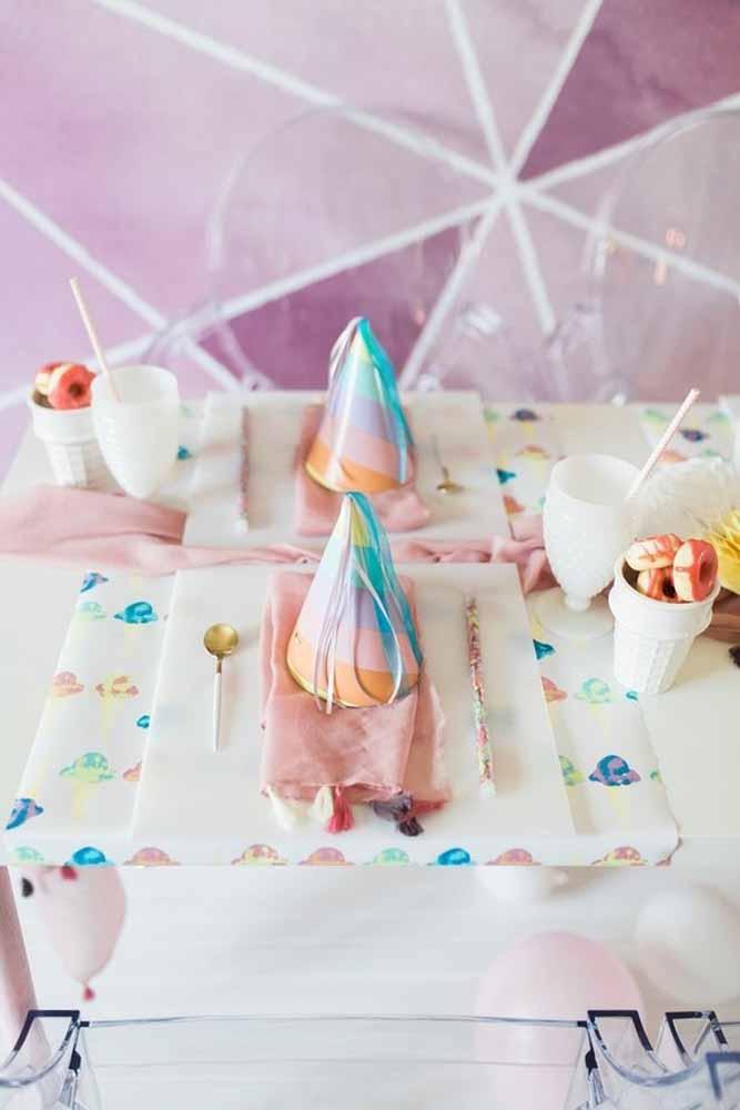 Decore a mesa da festa com chapéus coloridos
