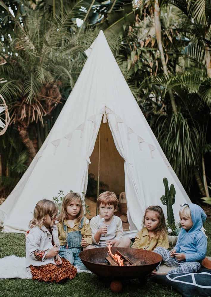 Reúna as crianças e acenda uma fogueira para contar historinhas