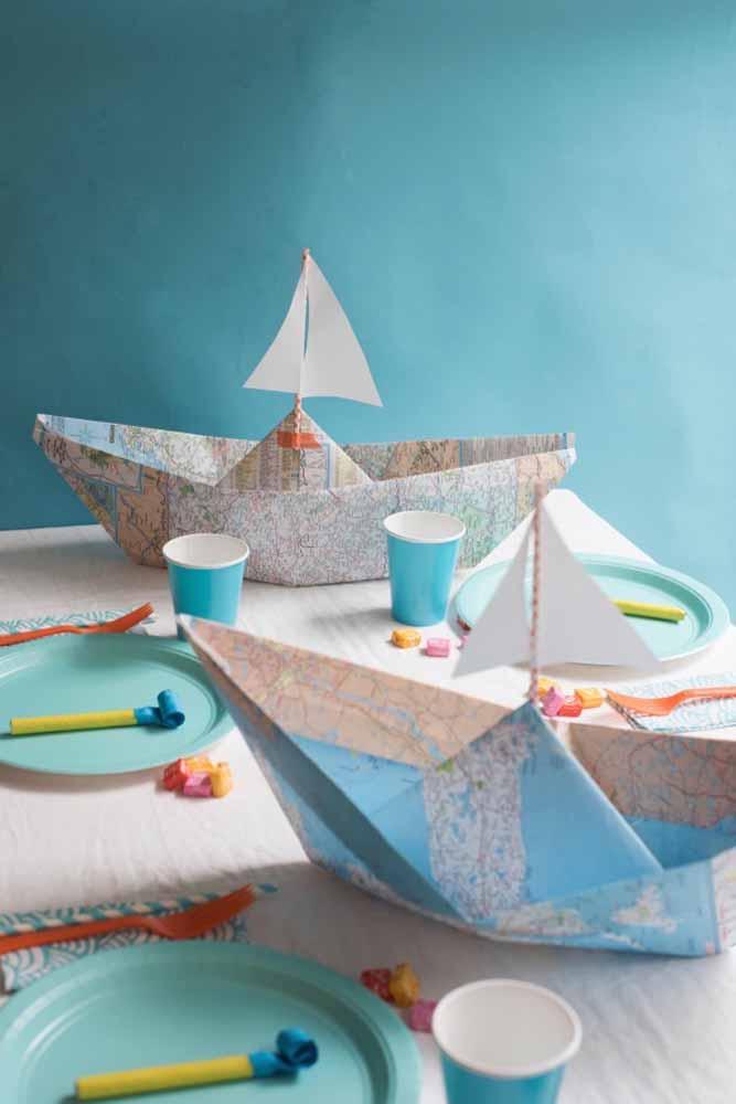 Monte barcos de papel para decorar a mesa das crianças