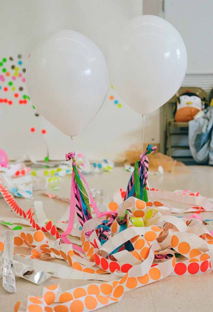 Pendure fitas coloridas nos balões para deixar a festa mais divertida