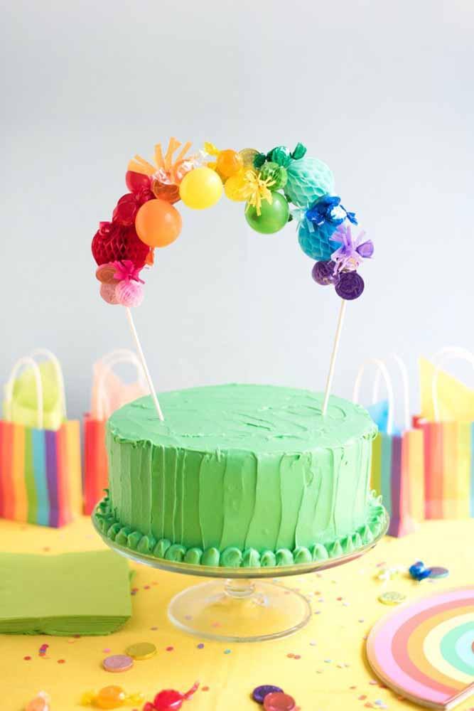 Coloque um arco colorido no bolo para destacá-lo