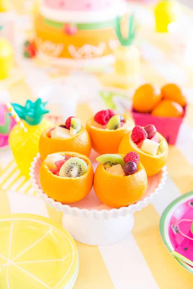 Aproveite a casca da fruta para servir como copinho de salada de frutas