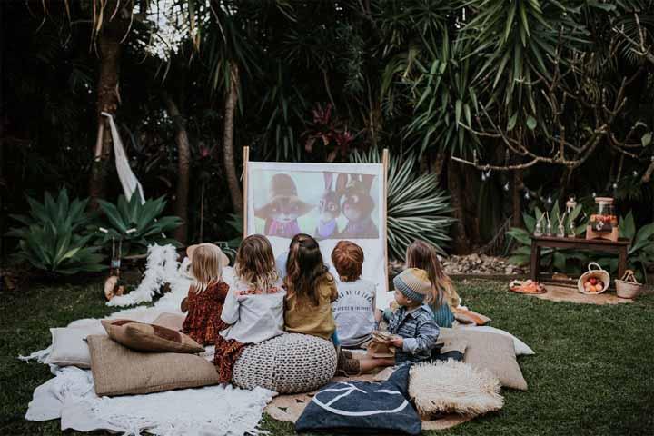 Monte um cineminha no quintal de casa e reúna as crianças