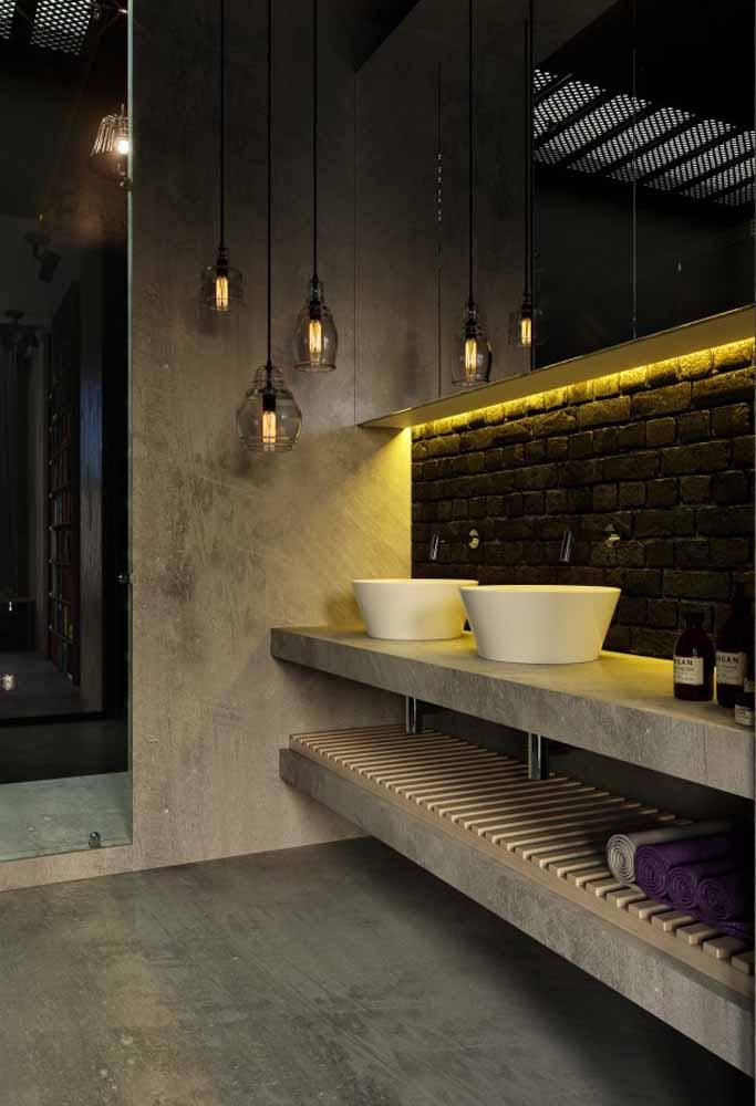 Fita de LED amarela embutida no armário deste banheiro moderno