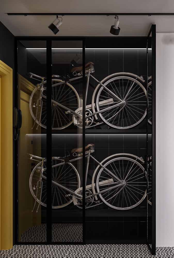 No armário das bicicletas, a fita de LED faz um contraste com a luz branca no fundo preto