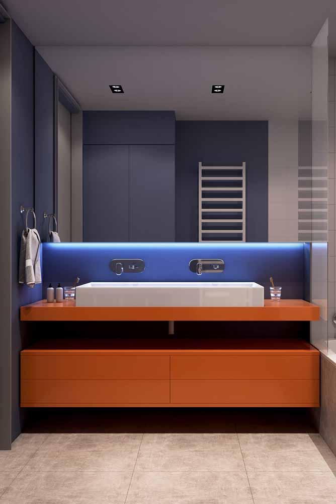 A fita de LED branca também dá mais vida para a parede azul deste banheiro