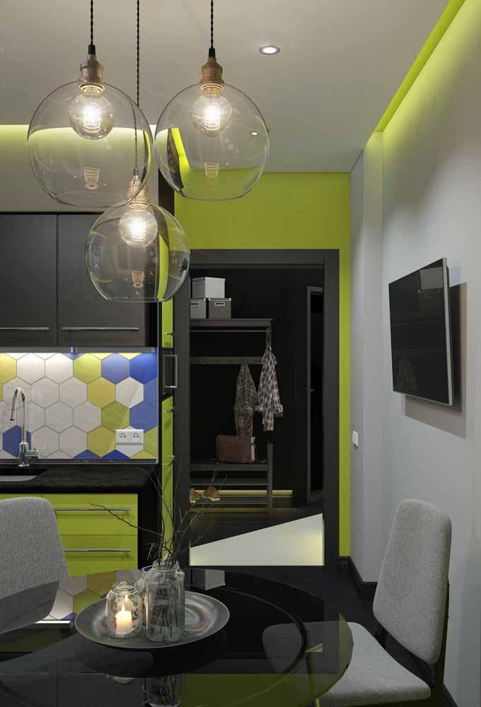 Fita de LED colorida em um verde limão, combinando com a parede ao lado neste ambiente