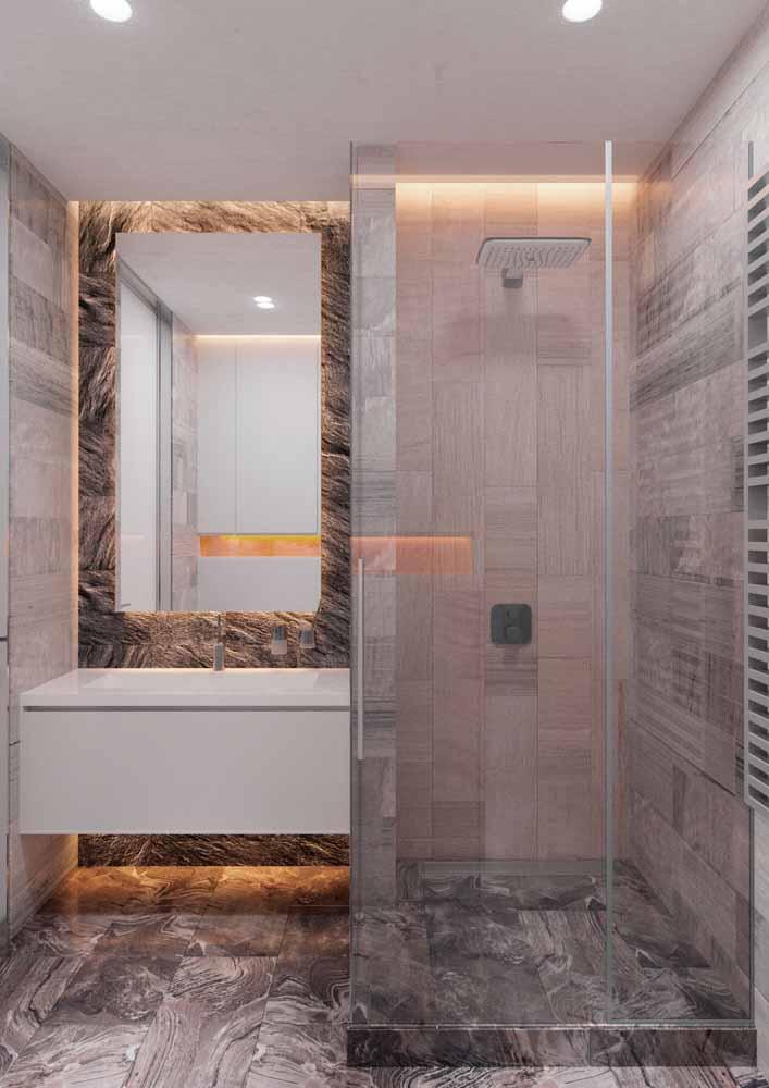 Destaque para os fundos neste banheiro com fitas de LED amarelas