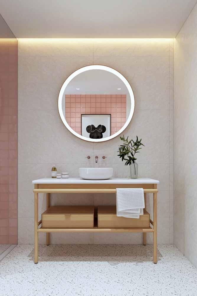 Escondida na sanca deste banheiro, a fita de LED ajuda a ampliar o ambiente