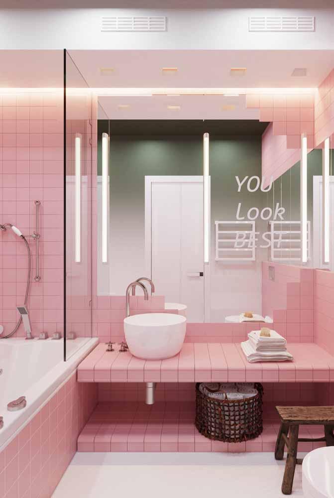 Fita de LED no espelho do banheiro deixa o espaço perfeito para aplicar maquiagens