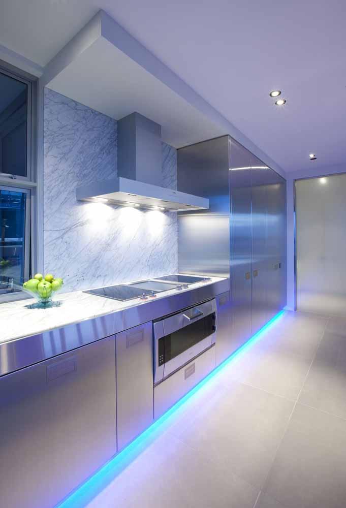 E também para trazer um clima mais tecnológico, esta fita de LED reflete nos eletrodomésticos e armários cromados e ilumina todo o ambiente