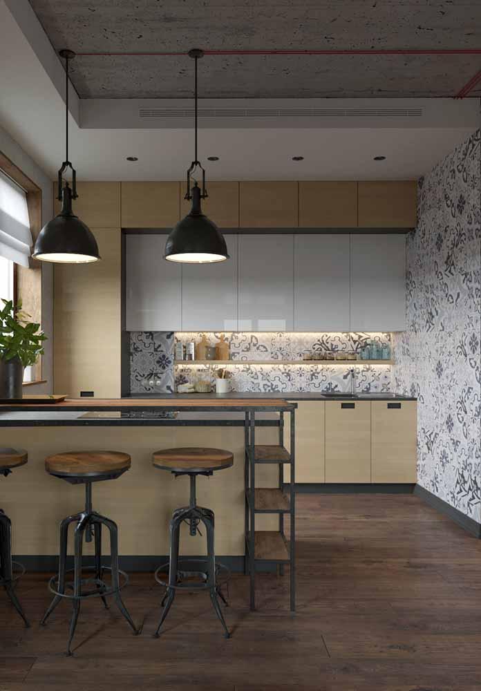 Na mesma ideia, esta cozinha dá destaque para os temperos e decorações nas prateleiras estreitas abaixo dos armários