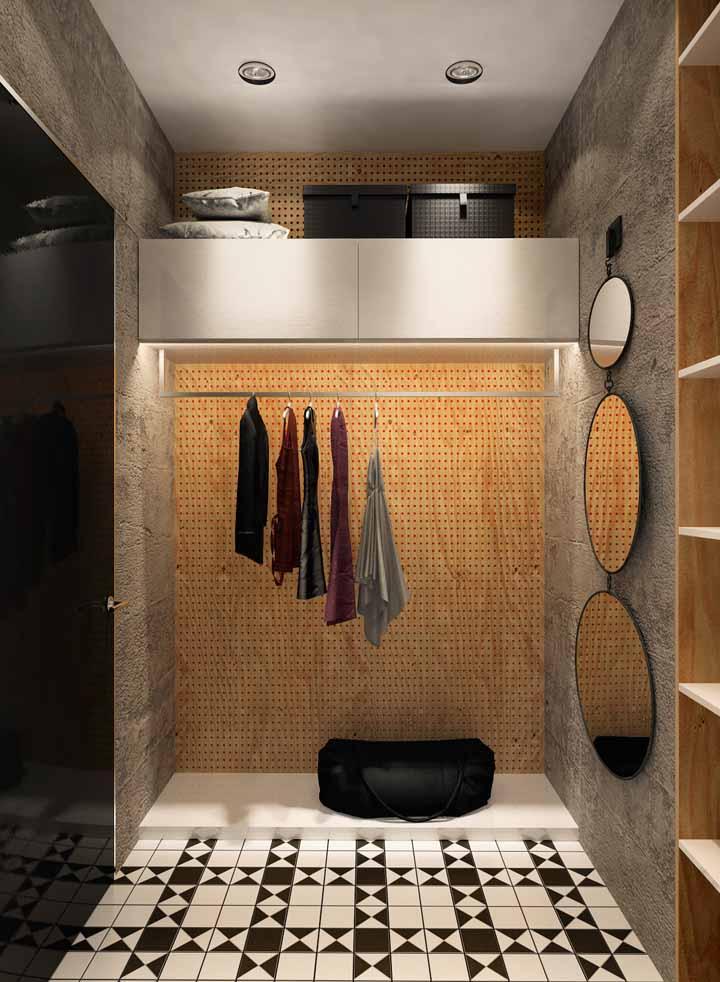 No ambiente do closet, que geralmente não tem janelas, as fitas de LED instaladas atrás das prateleiras e araras cria uma luz ótima para escolher e montar seus looks