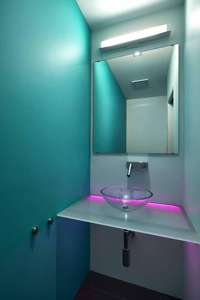 Traga mais estilo e cor para a sua decoração também com fitas de led: neste banheiro azul piscina, o LED magenta traz contraste e mais tecnologia