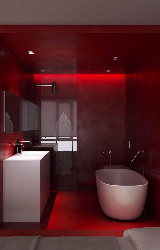 Uma iluminação indireta e intimista para o seu banheiro vermelho com fitas de LED<