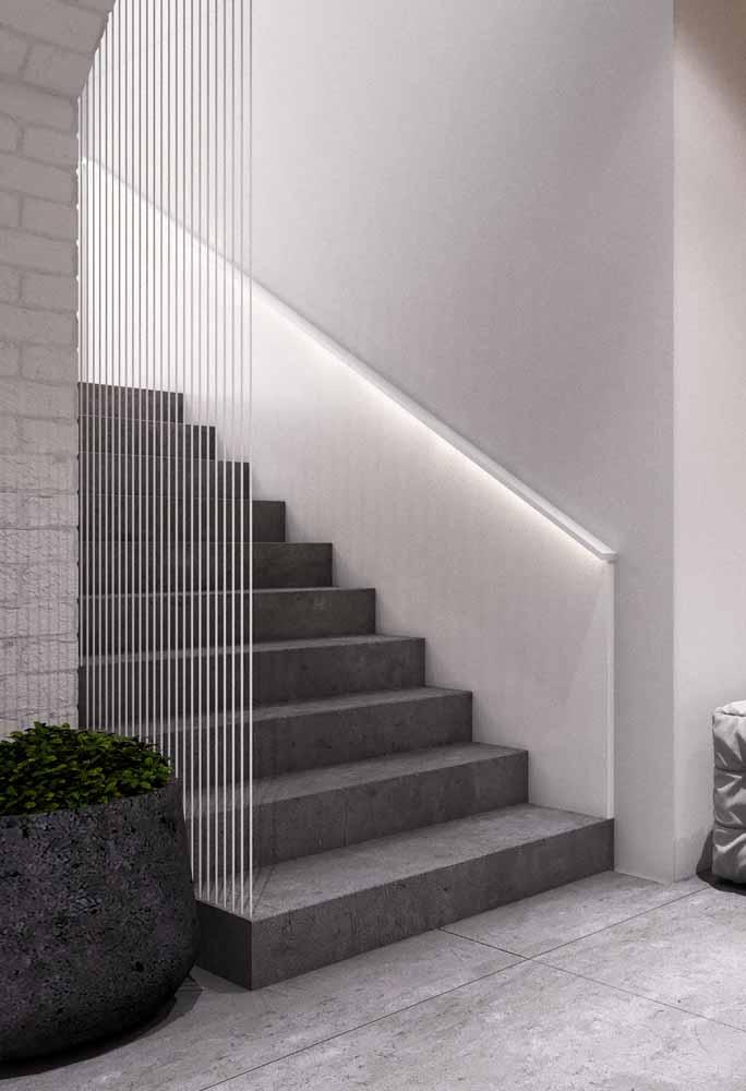 Uma dica ótima para melhorar a segurança das escadas: instale fita de LED na parte de baixo do corrimão para iluminar os degraus!