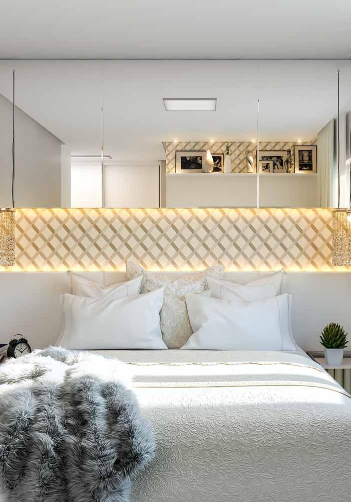 Na decoração do quarto, a faixa decorada da parede ganha destaque com uma iluminação horizontal em LED