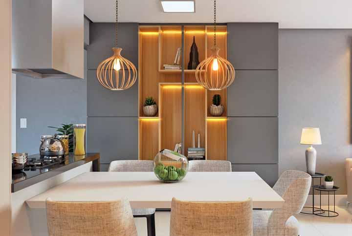 Luz âmbar na fita de LED combinando com a madeira dos nichos
