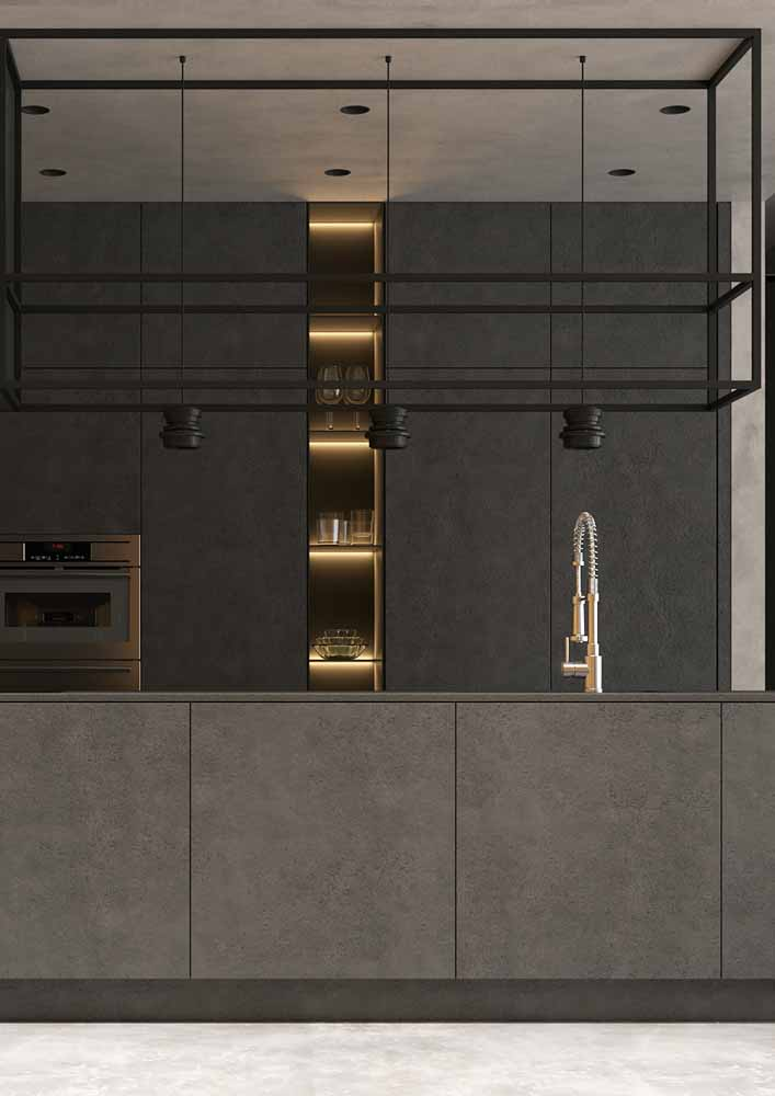 Fita de LED amarela como destaque para os nichos no armário escuro