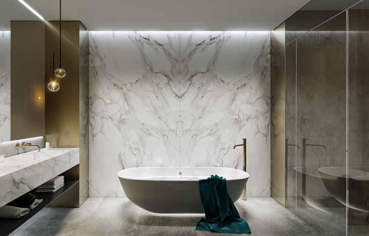 E nesse banheiro, a fita de LED é usada na iluminação da sanca