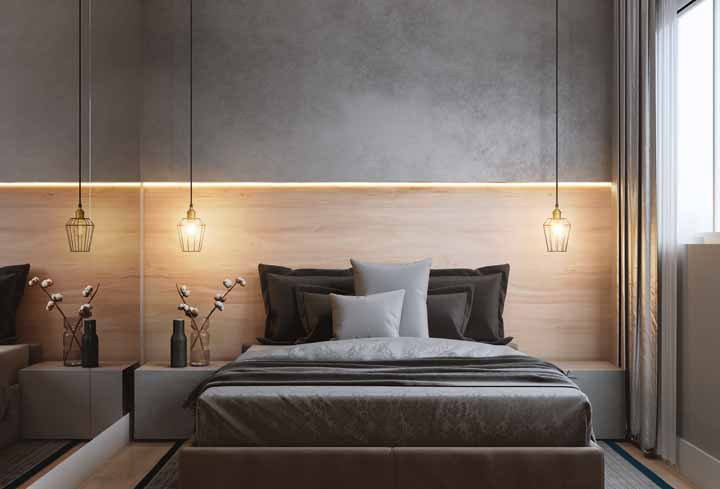 Fita de LED com luz amarelada para quebrar o tom frio do cinza do quarto