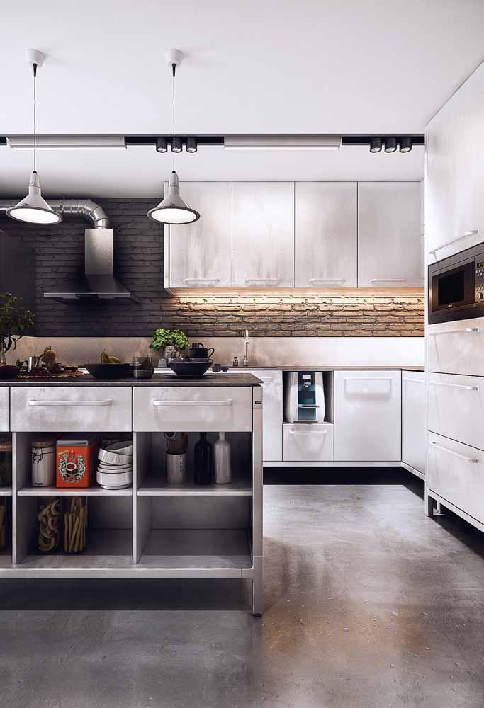 Nesta cozinha, a fita de LED ajuda a iluminar a bancada de preparo de refeições