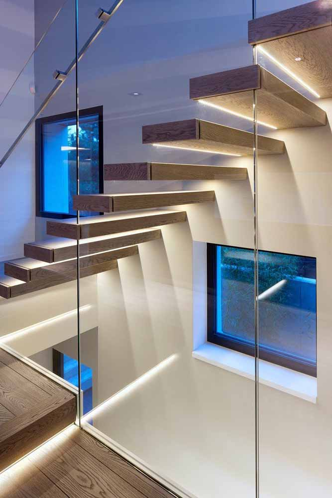 Mais atenção e cuidado na escada com fitas de LED iluminando o caminho entre os pavimentos