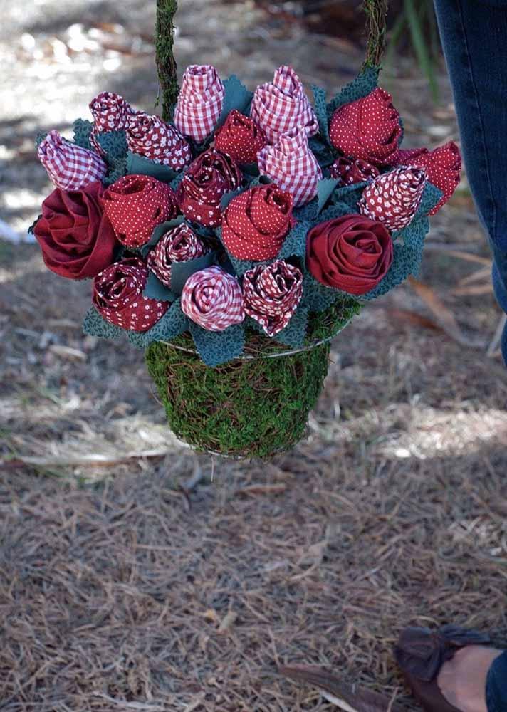 Você pode usar musgo para dar um toque final no seu arranjo de flores de tecido
