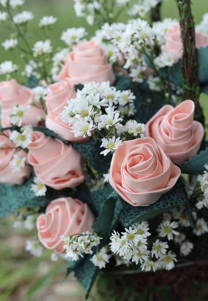 Ou até mesmo criar um arranjo misto, com flores de verdade e flores de tecido: funciona muito bem na decoração do dia-a-dia ou de ocasiões especiais, como casamentos e festas