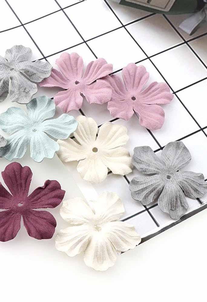 Flor de tecido fácil: corte moldes no formato das pétalas que vocês escolher e una-os pelo centro