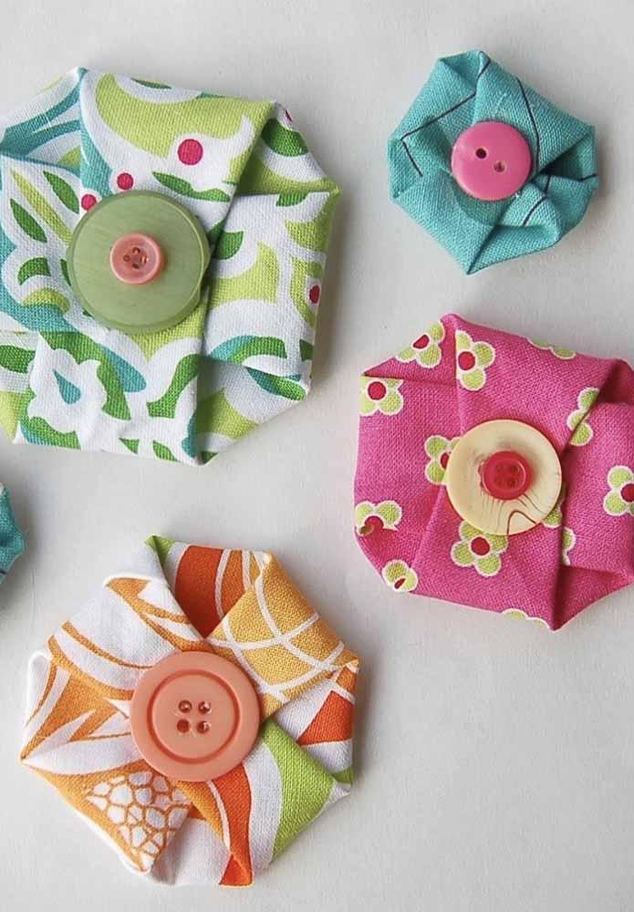 Flores de tecidos coloridos e diferentes para aplicar no vestuário ou em acessórios