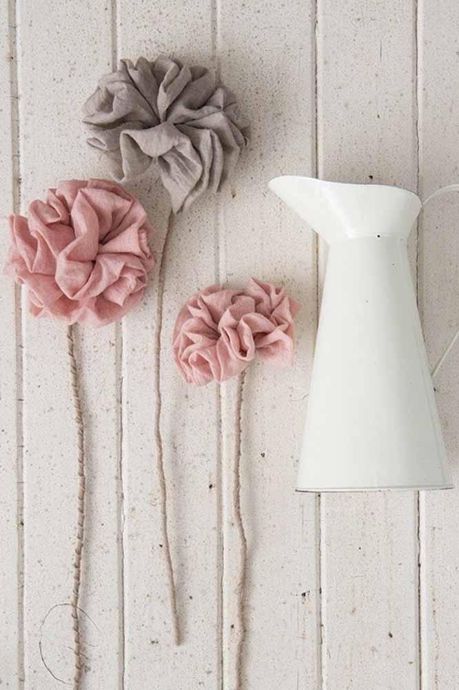 Um arranjo simples com flores de tecido dobrado no estilo pompom