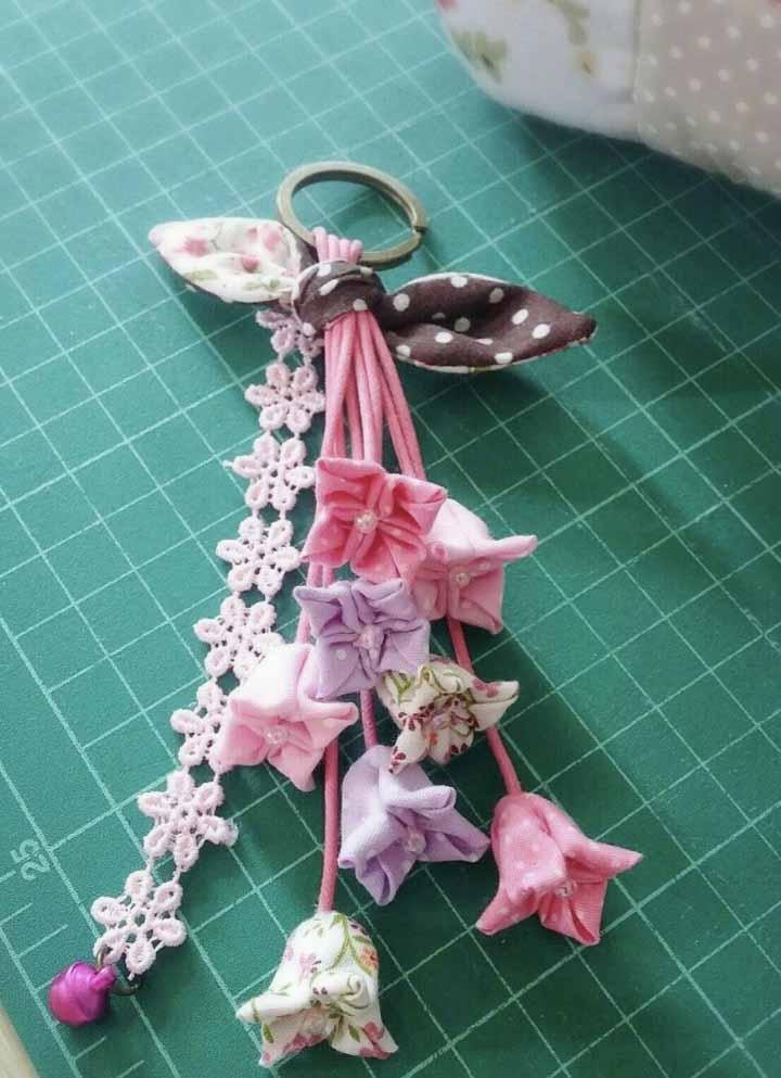 Mais um chaveiro para te inspirar: desta vez com flores no estilo patchwork em rosa e lilás