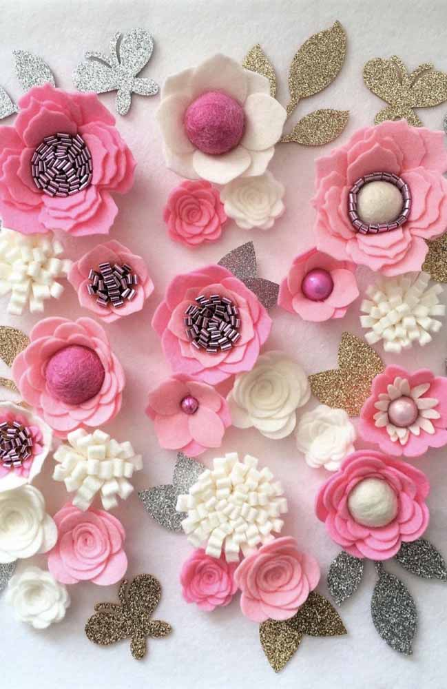 Se a sua ideia é decorar uma parede ou mesa com flores de tecido, escolha uma paleta e misture técnicas
