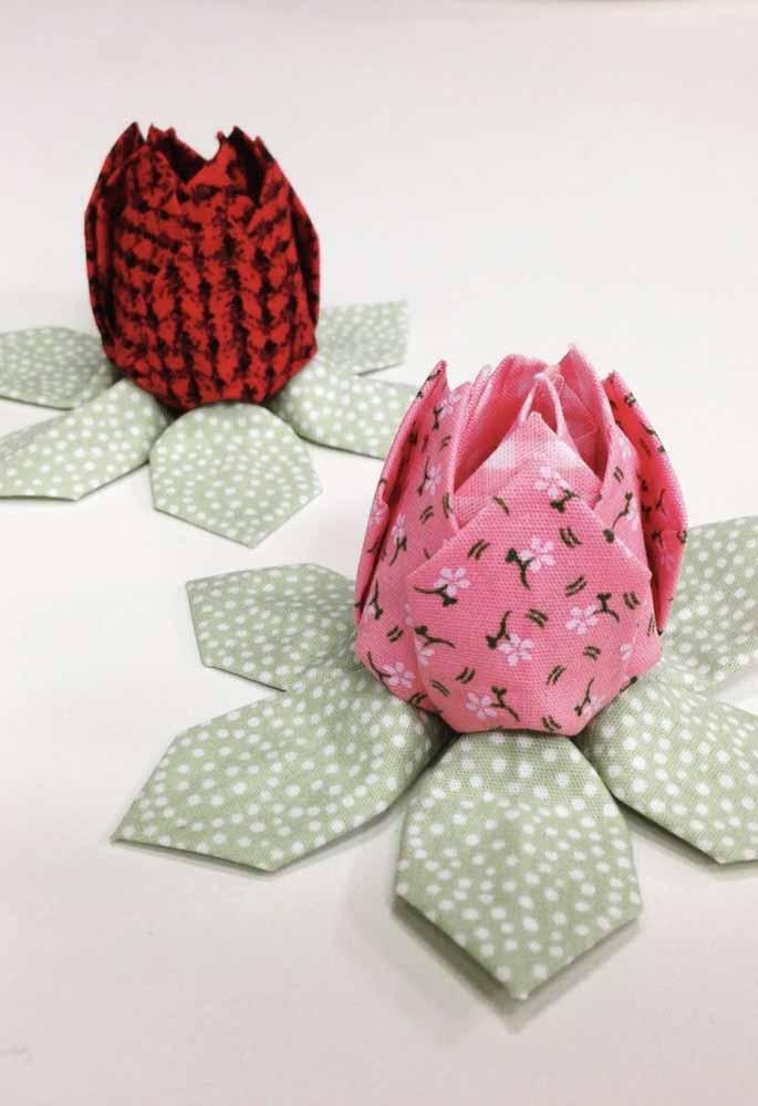 Flores de tecido estampado com folhas como base de equilíbrio