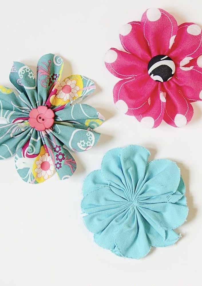 Crie pétalas únicas e una-as com linha pelo miolo para fazer estas flores de tecido