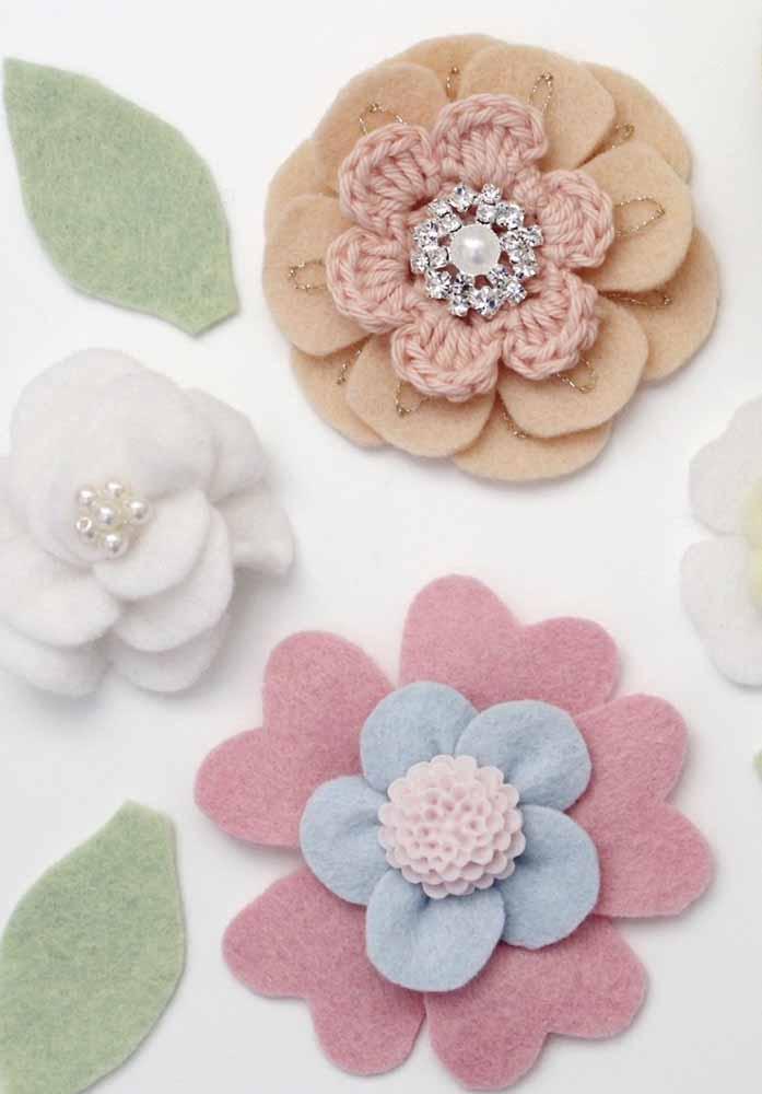 As flores de feltro, este tecido mais aveludado, ficam ótimas com aplicações de crochê, botões ou pedrarias