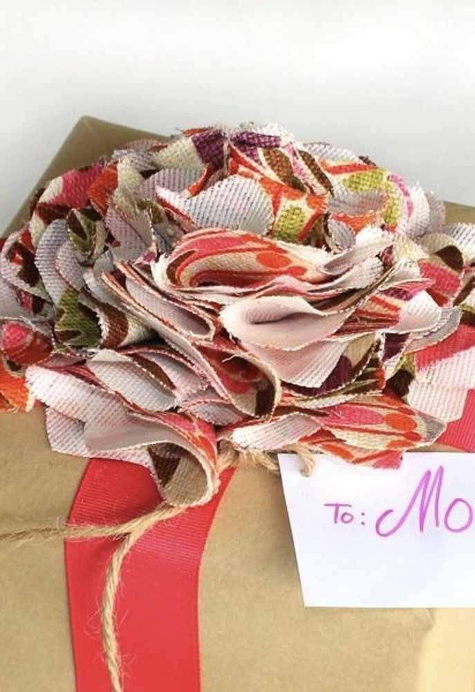 Outra ideia de decoração de embrulho com flor de tecido