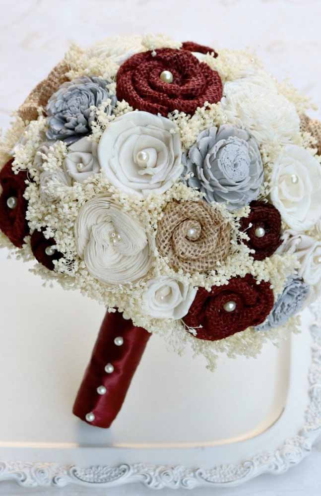 Buquê com flores de tecido em branco, azul e vinho