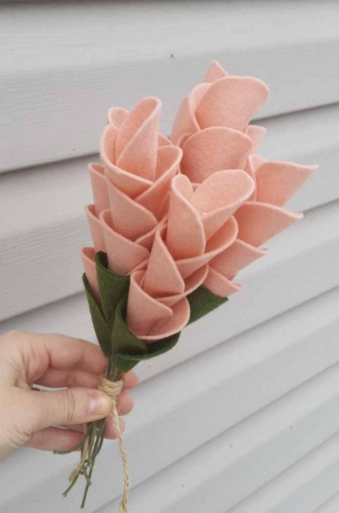 Um arranjo de flores de feltro longas e cheias de charme